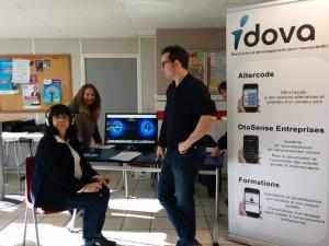 Mise en situation pour les salariés du groupe La Poste avec le simulateur de surdité développé par Idova.